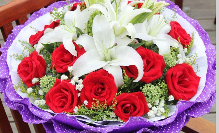【玫瑰之约鲜花速递团购】_11支红玫瑰加2百合花束图片