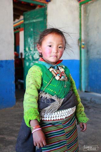 藏族小孩子,眼神干净图片