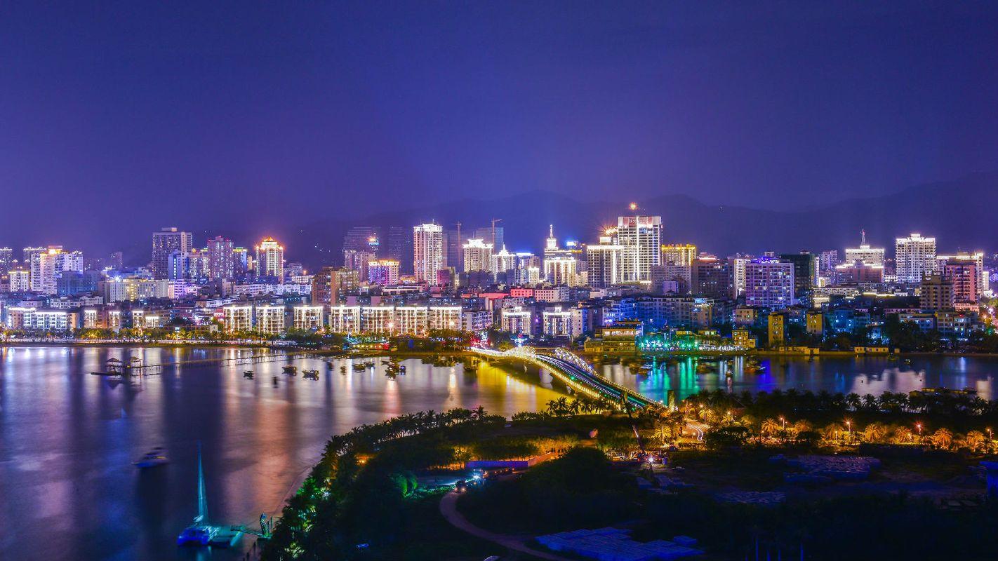 从凤凰岛酒店阳台俯瞰三亚湾图片