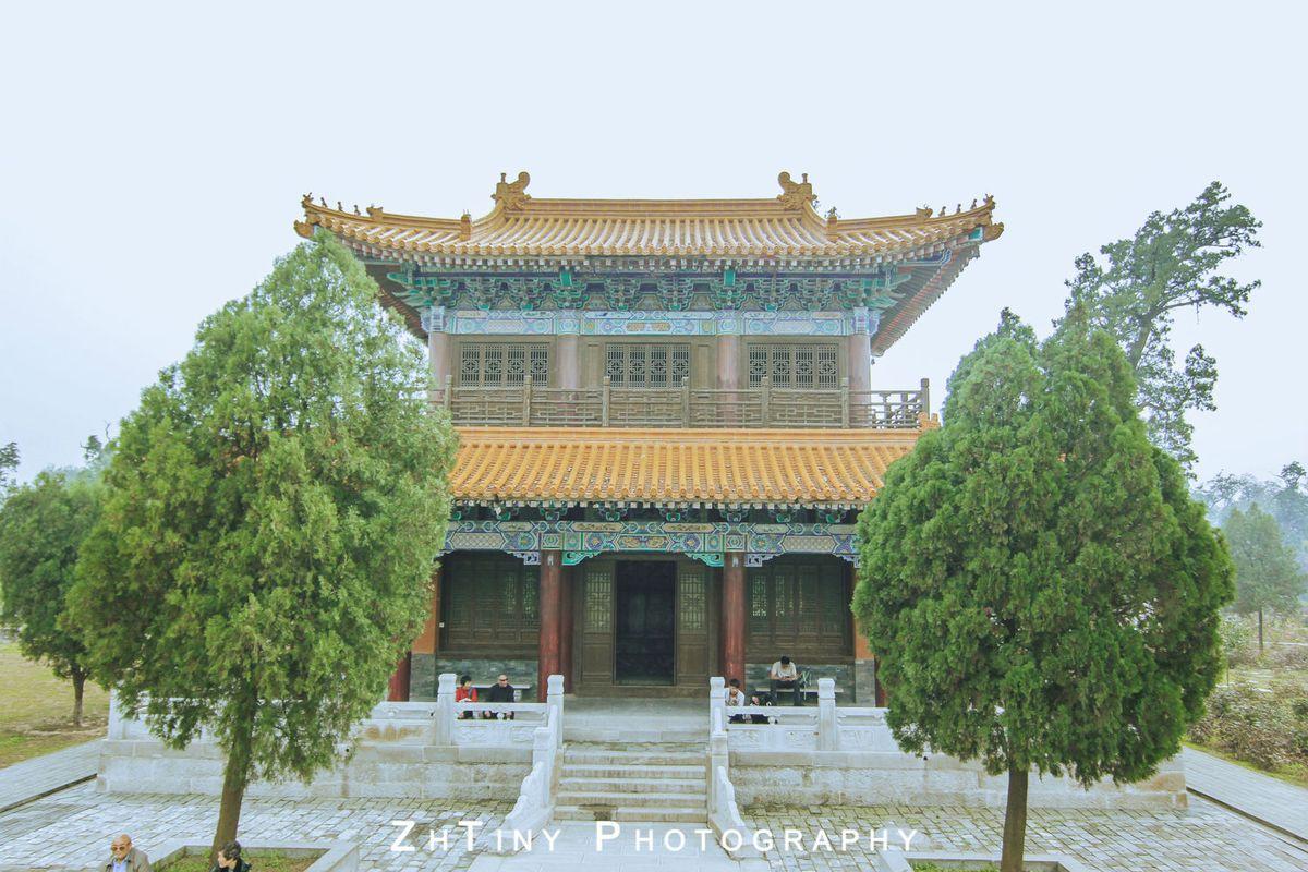 其建 筑为琉璃互重檐歇山顶木结构的阁楼建筑,面宽五间,进深三间,周有