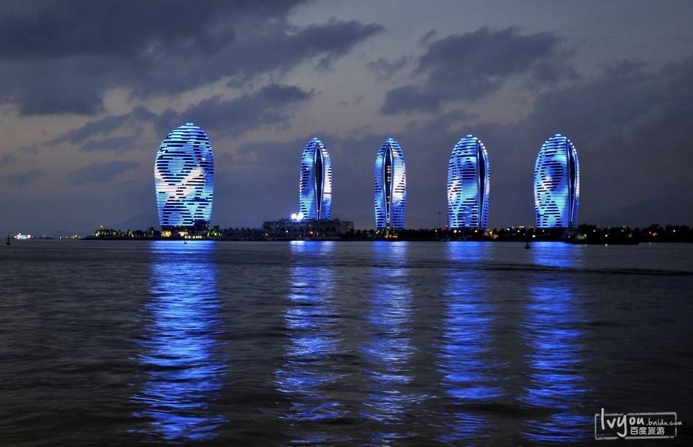 我在三亚湾遇见椰梦长廊,还有凤凰岛, 这里的夜景充满了浪漫的气氛