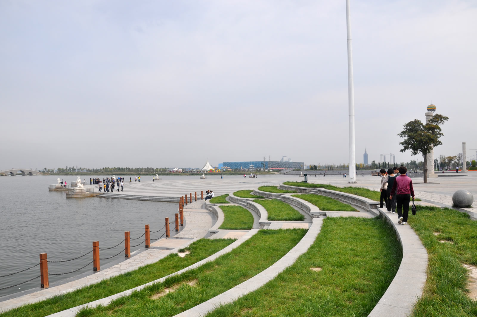南部属冀州管辖,衡水湖南湖畔冀州建设了滨湖公园,景色不错.