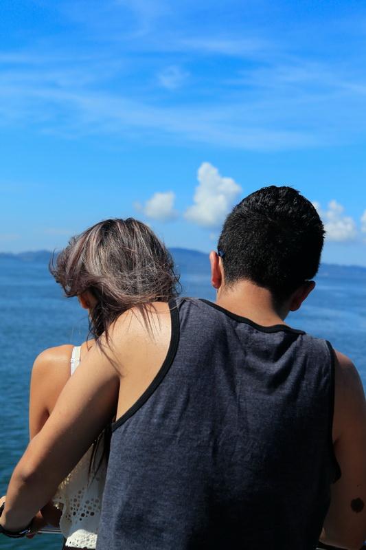 游轮上看风景的人.图片