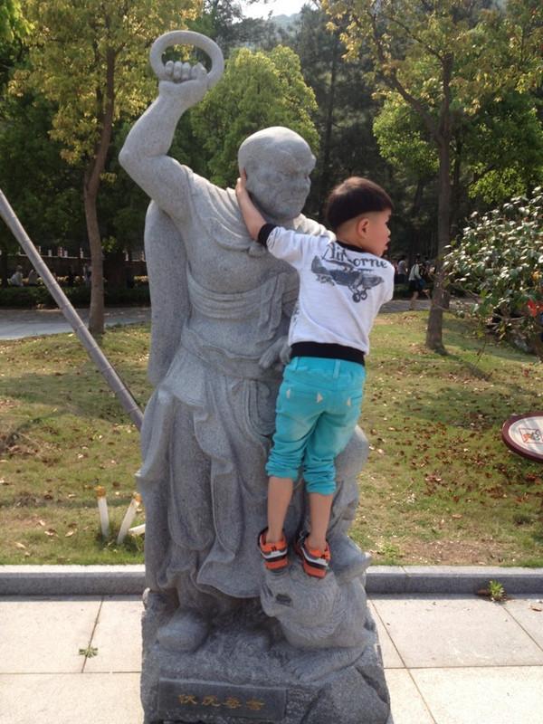 可爱小孩走路的图片