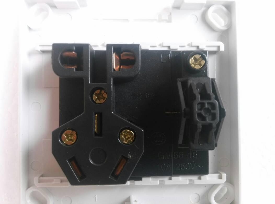 这样的单控五孔插座开关,上面只有四个接线端子分别是