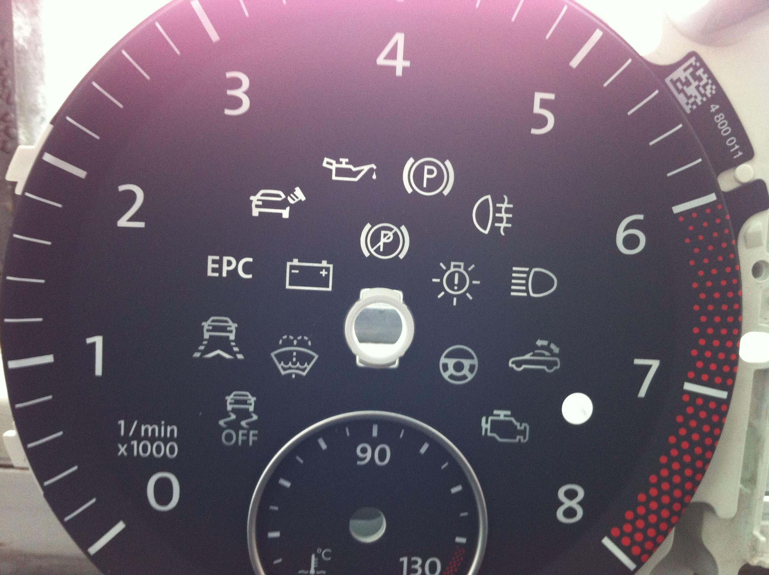 帕萨特仪表盘上有个半圆的红色指示灯 ,和亮度调节那灯模样差不多.
