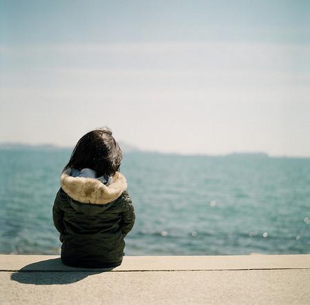 求一个男生背影头像,坐着的,面向大海的.谢谢!