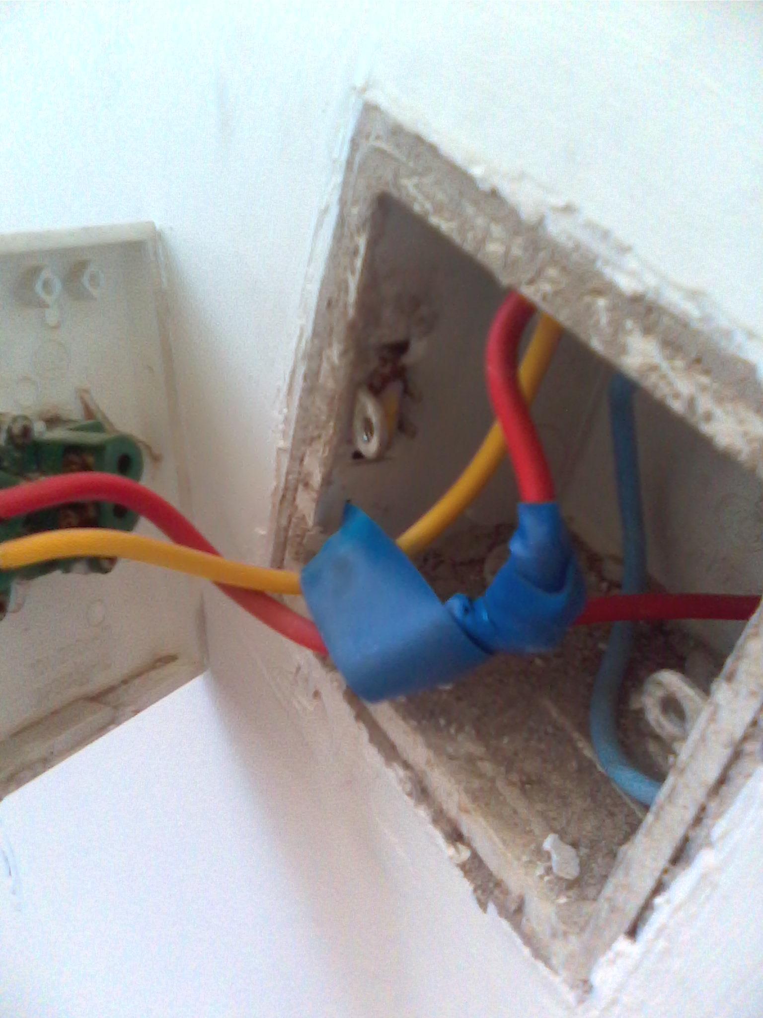 一开五孔插座面板,开关控制灯泡,如何接线?