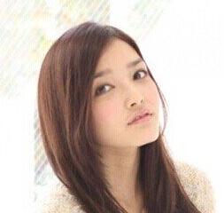 这位苹果脸女生选择了一款甜美风格的公主长发发型,三七分的刘海,后面图片