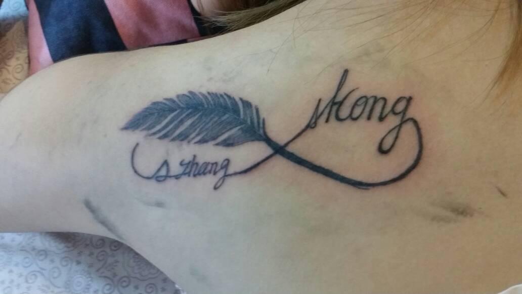 这纹身好看吗?字母是我的名字 刚纹完拍下的图片