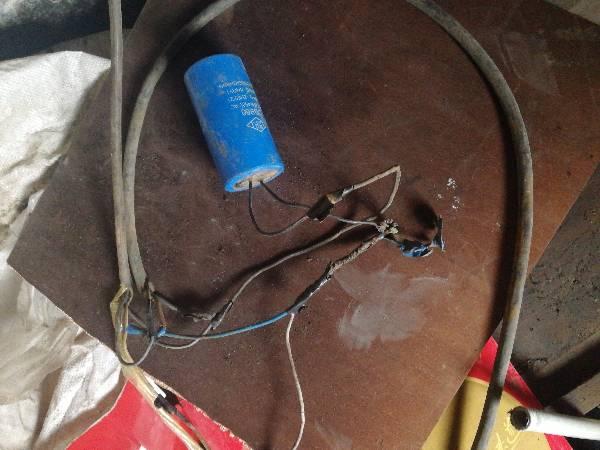 這個是水泵啟動電容嗎?接線對不對,現在水泵一合閘總閘就跳閘什么情況