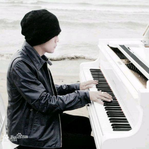 求张周杰伦弹钢琴的照片.我要做头像的