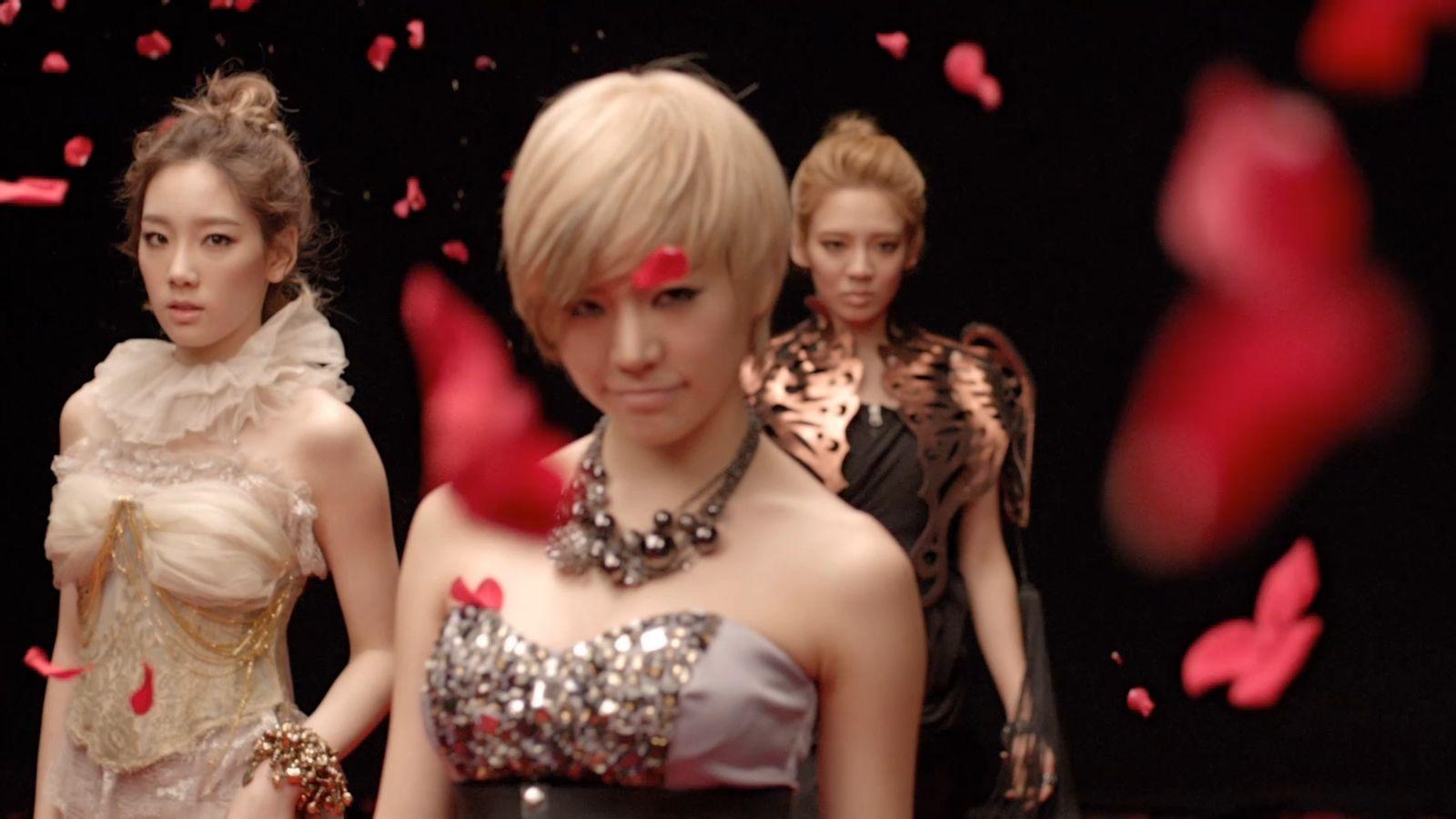 韩国女子组合mv里有个片段是一个女的坐在镜子面前后面有个男的手搭在