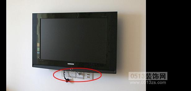 电视墙就是刷的白灰,没有贴墙纸什么的装饰,当时电工不知道操作,没有