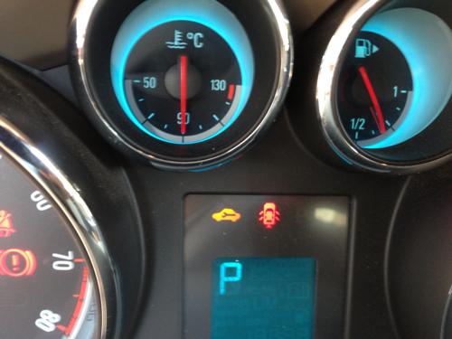 别克英朗gt仪表黄色那个指示灯一直亮,是要修车吗?