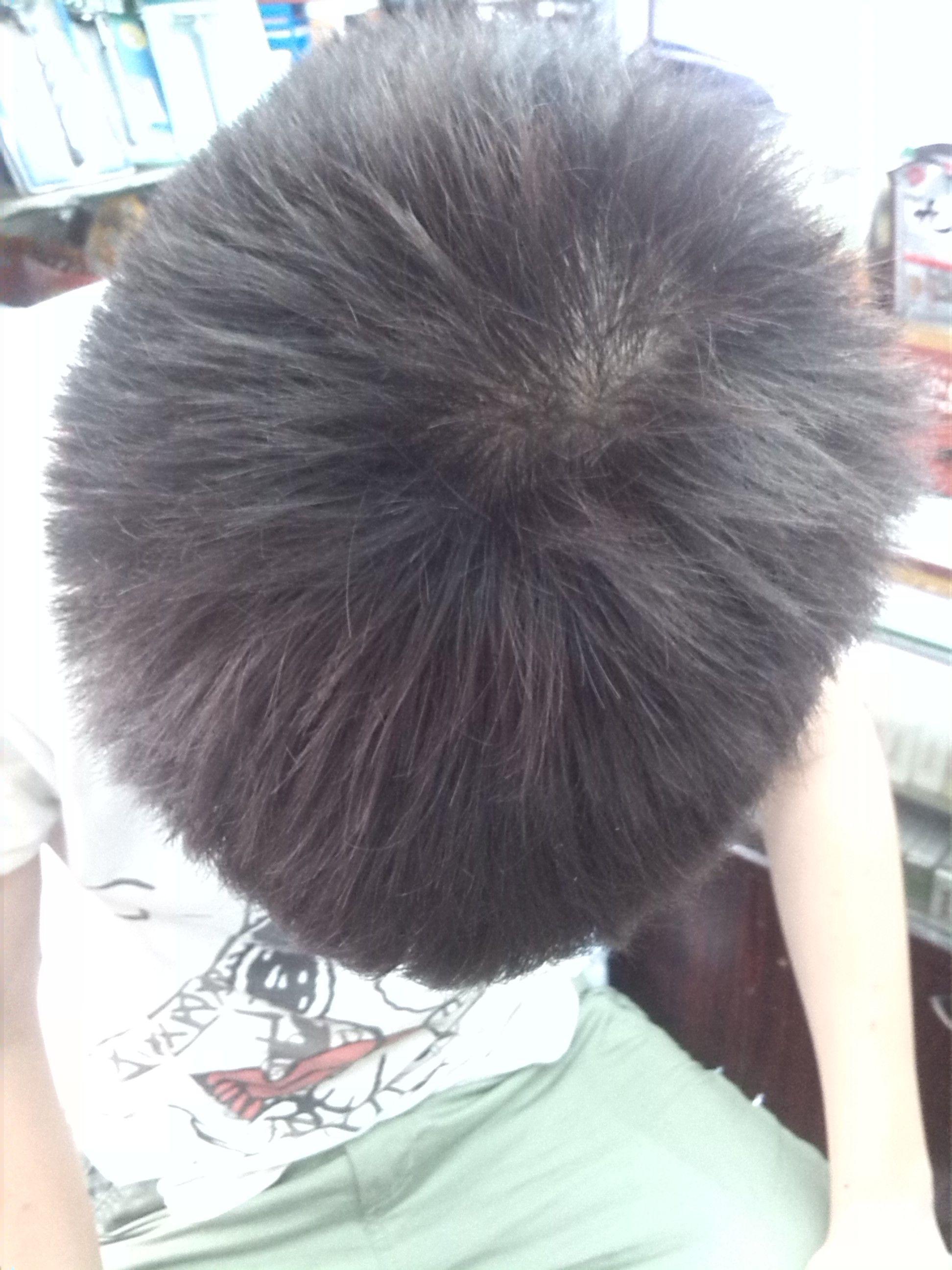 去理发店剪头发,前面厚刘海,可以让后面的头发塌下来吗图片