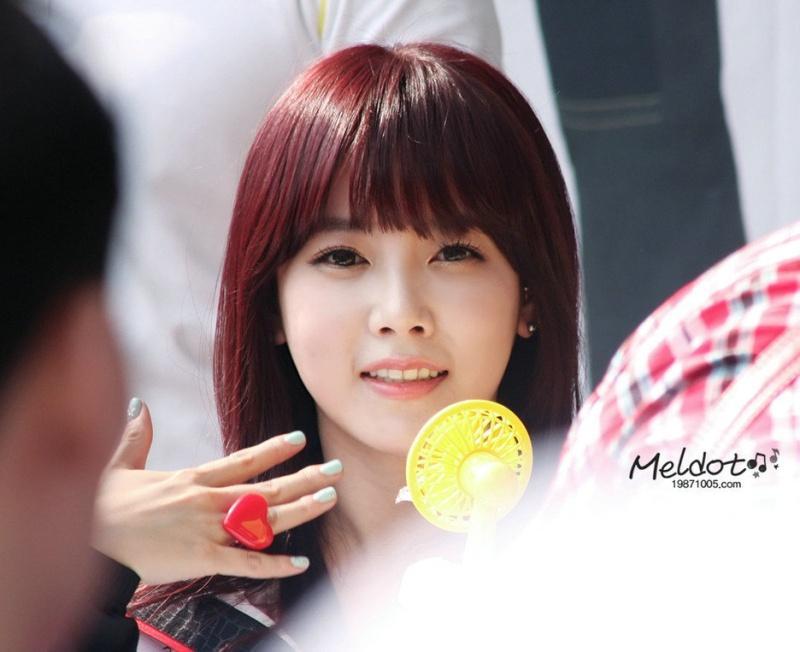 全宝蓝是最萌最可爱的,也是最矮的,朴智妍总是画烟熏妆,眼睛上的妆