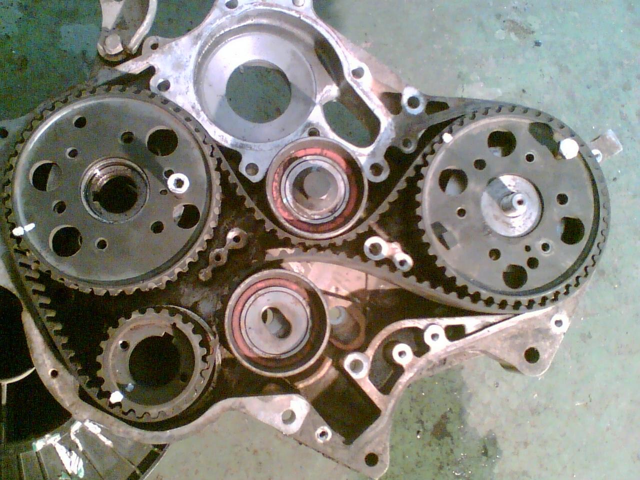 曲轴正时对花键上的记号凸轮轴和油泵按图拧上8mm的螺丝即可