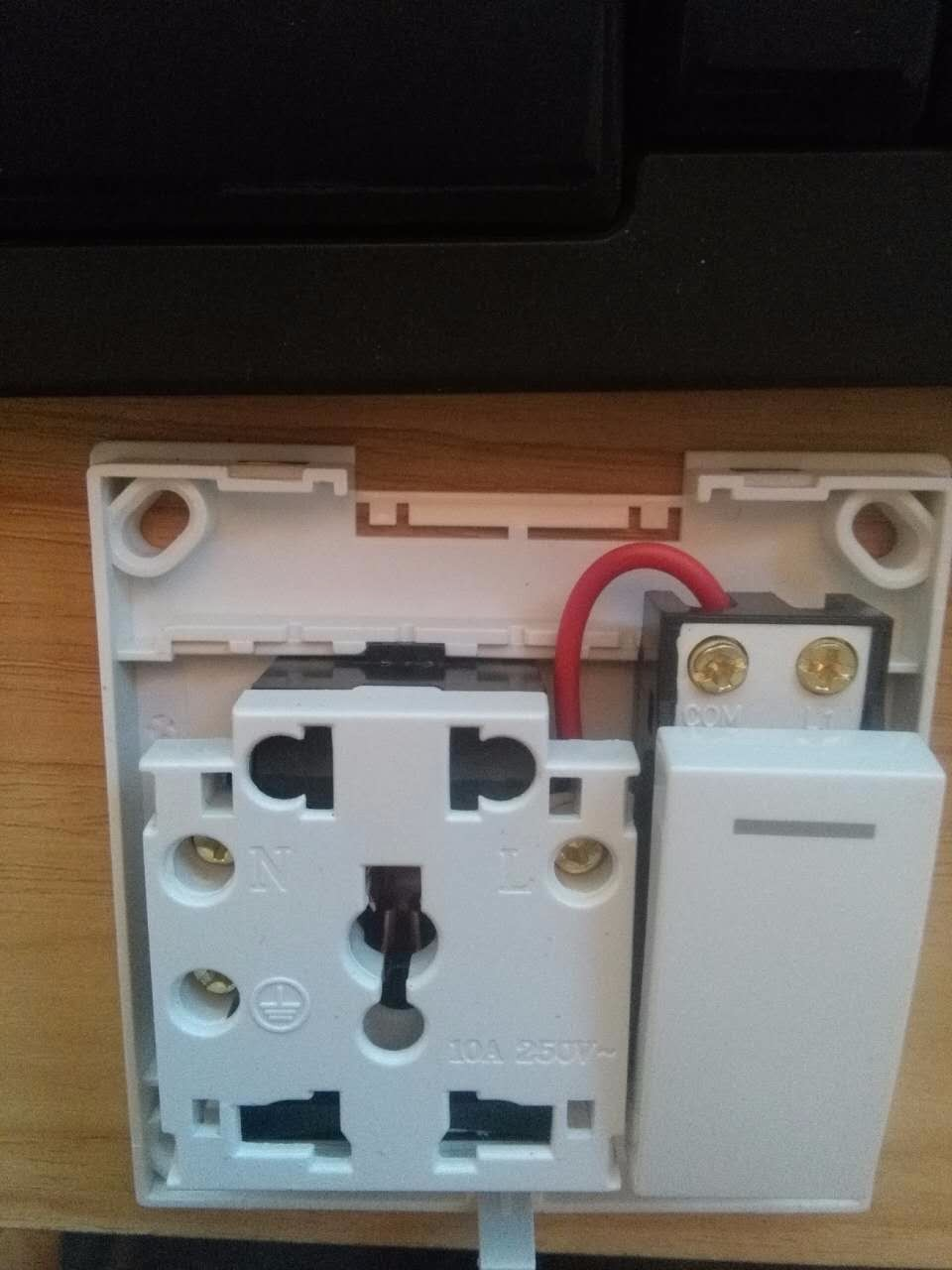豪意的五孔一开接线步骤求解,要求插座常有电,开关单独控制一个灯泡