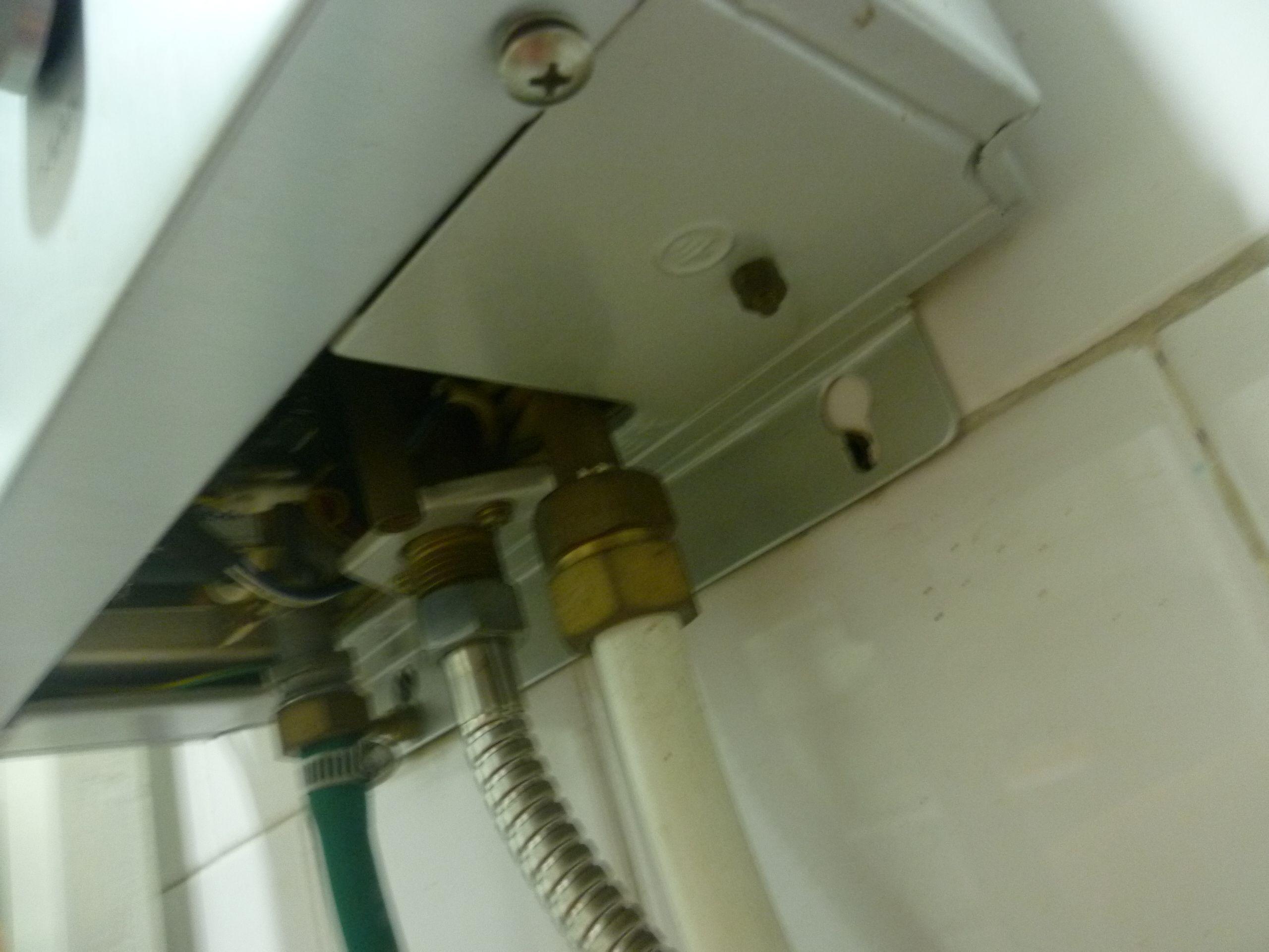 樱雪热水器怎么换电池?