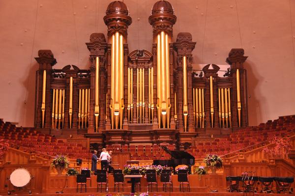 图片里最大的金属物体,是管风琴吗?图片