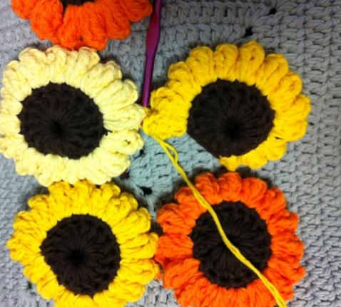 手工钩织包包的花朵怎么编织到一起