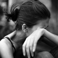 侧脸流泪黑白头发扎起来的女生头像女生