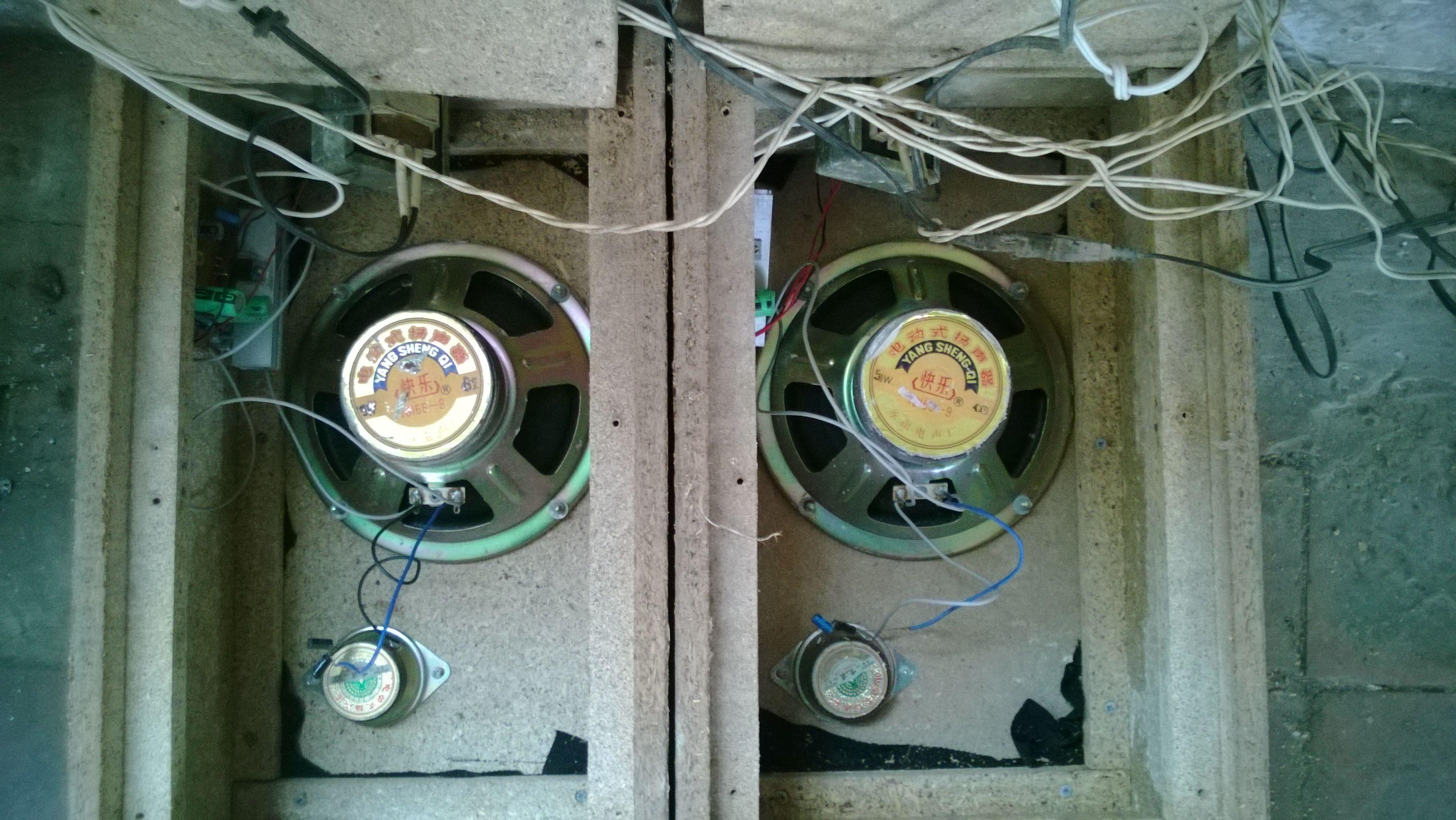 音箱分两个箱体,内部结构均为变压器(目测10瓦.