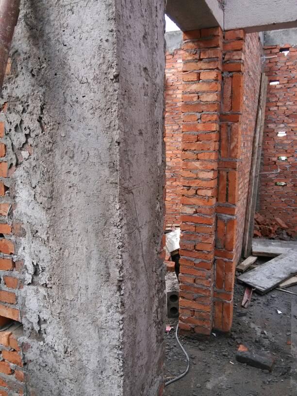 砖混结构,构造柱有蜂窝麻面,小部分漏钢筋,问题大吗?