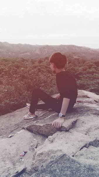 求一张男生图片黑白的,伤感,失恋,孤独的感觉,越多越好!