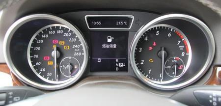 一个是发动机的转速表,一个是汽车的速度表,但这两个仪表盘里面附带油
