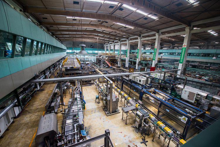 进入青岛啤酒二厂之后,可以看到位于一楼生产线依然还有紧张而有序的