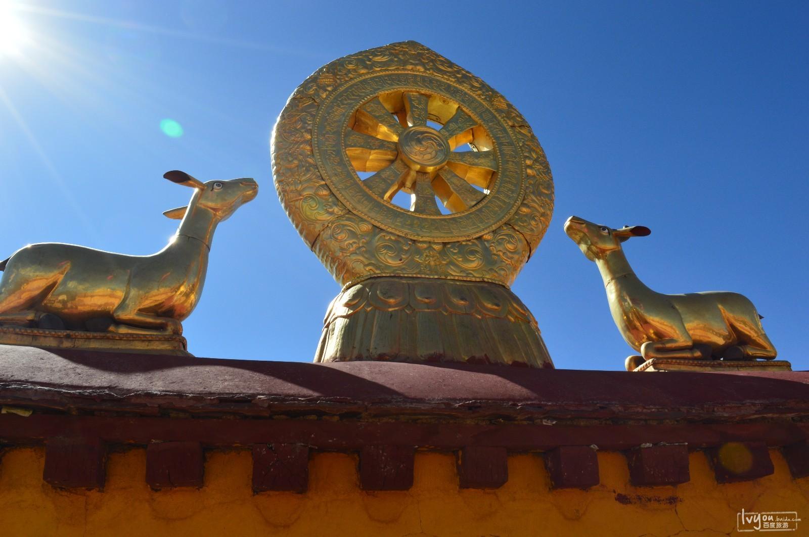 大昭寺的金顶着实精美绝伦,其上面的祥麟法轮,是佛教