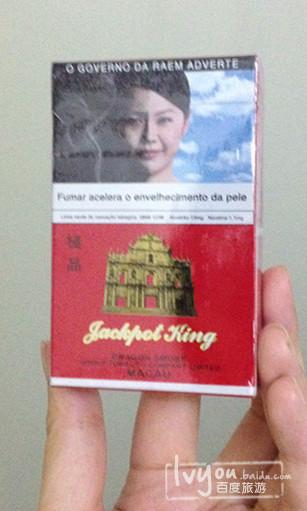 在街边报亭给家人买了一盒澳门烟做手信,名字叫赌王,有特色呀.