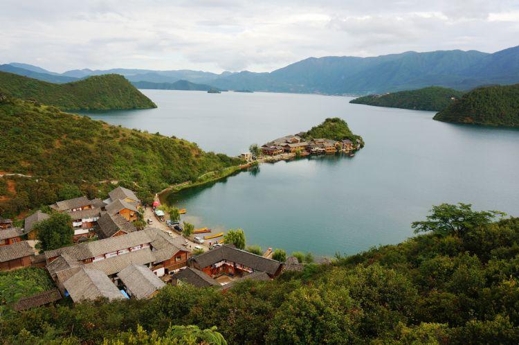 泸沽湖位于云南丽江宁蒗县北部永宁乡和四川省盐源县左侧的万山丛中