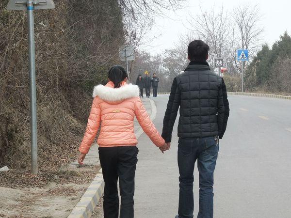 偷拍的�9��y�)�.�_在南郭寺的路上偷拍的情侣图片