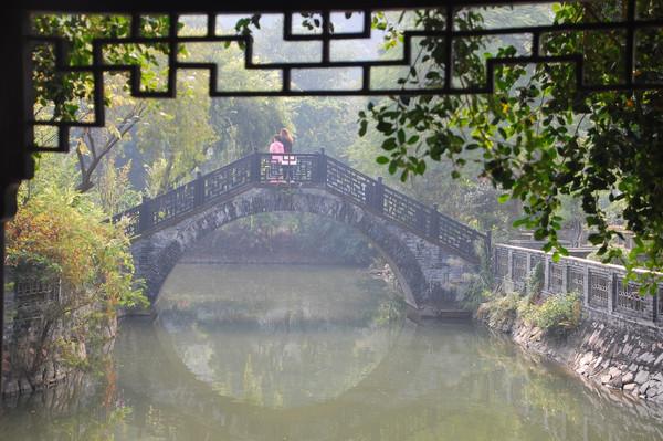 站在桥上看风景图片