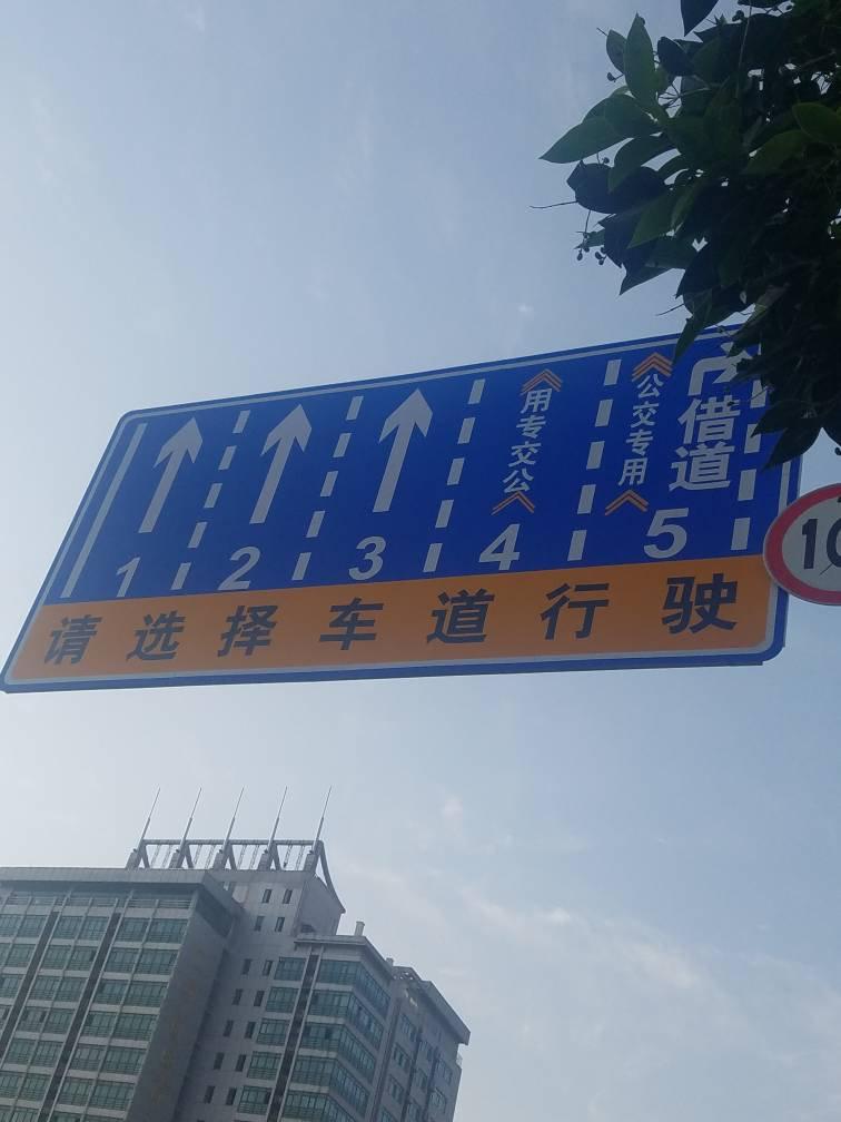 济南济洛路这个地方私家车能借道右转吗