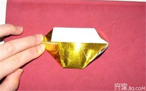 金元宝的折法6:接下来把体型从中间的长边向两边撑开.