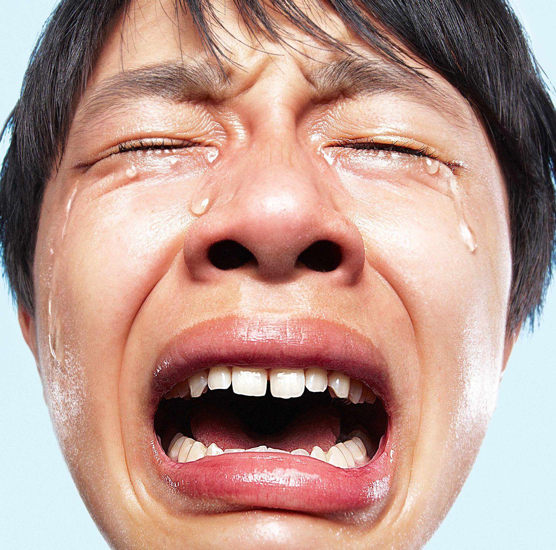 一张日本专辑图片是一个男人哭得很惨,整长脸好像都皱