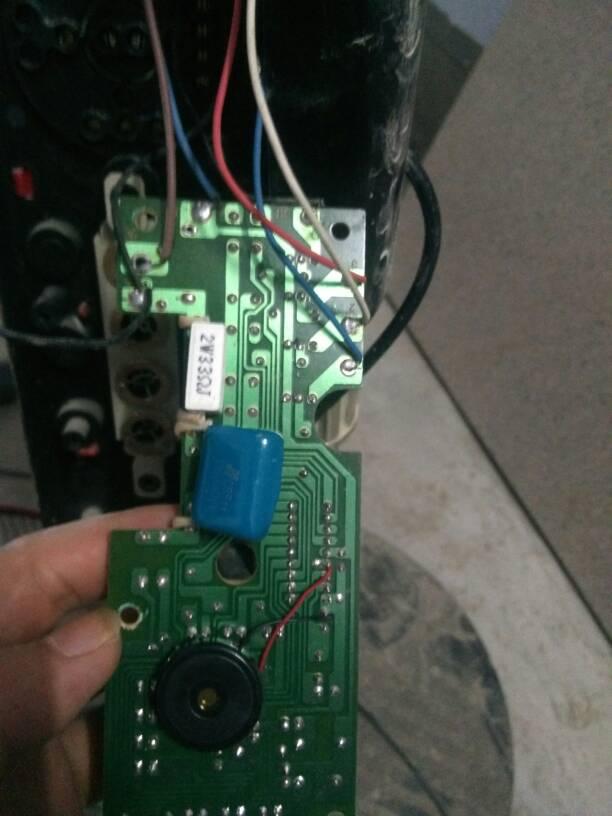 电风扇坏了 这是电路板 电笔测电线火线亮 零线不亮 怎么办?