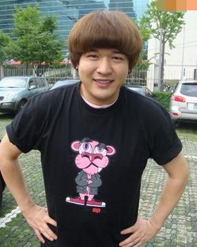 这款可爱的蘑菇头发型对于脸胖的男生来说,也是一款极其不错的发型!