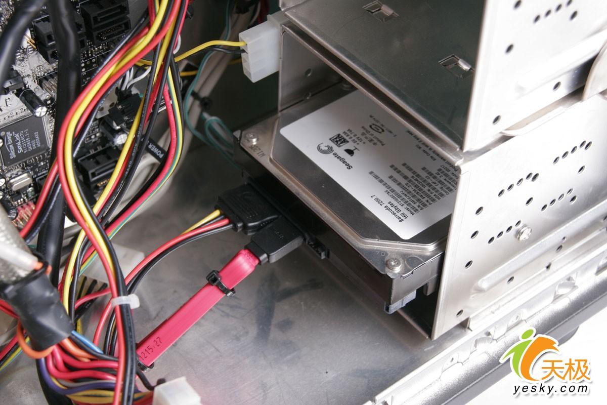 第一次自己组装电脑,请问一下硬盘怎么固定在机箱里,需要买一个硬盘支图片