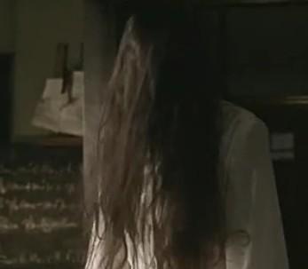 我看《午夜凶铃》经看到贞子从龙司的电视里爬出来,然后转向了我,太图片