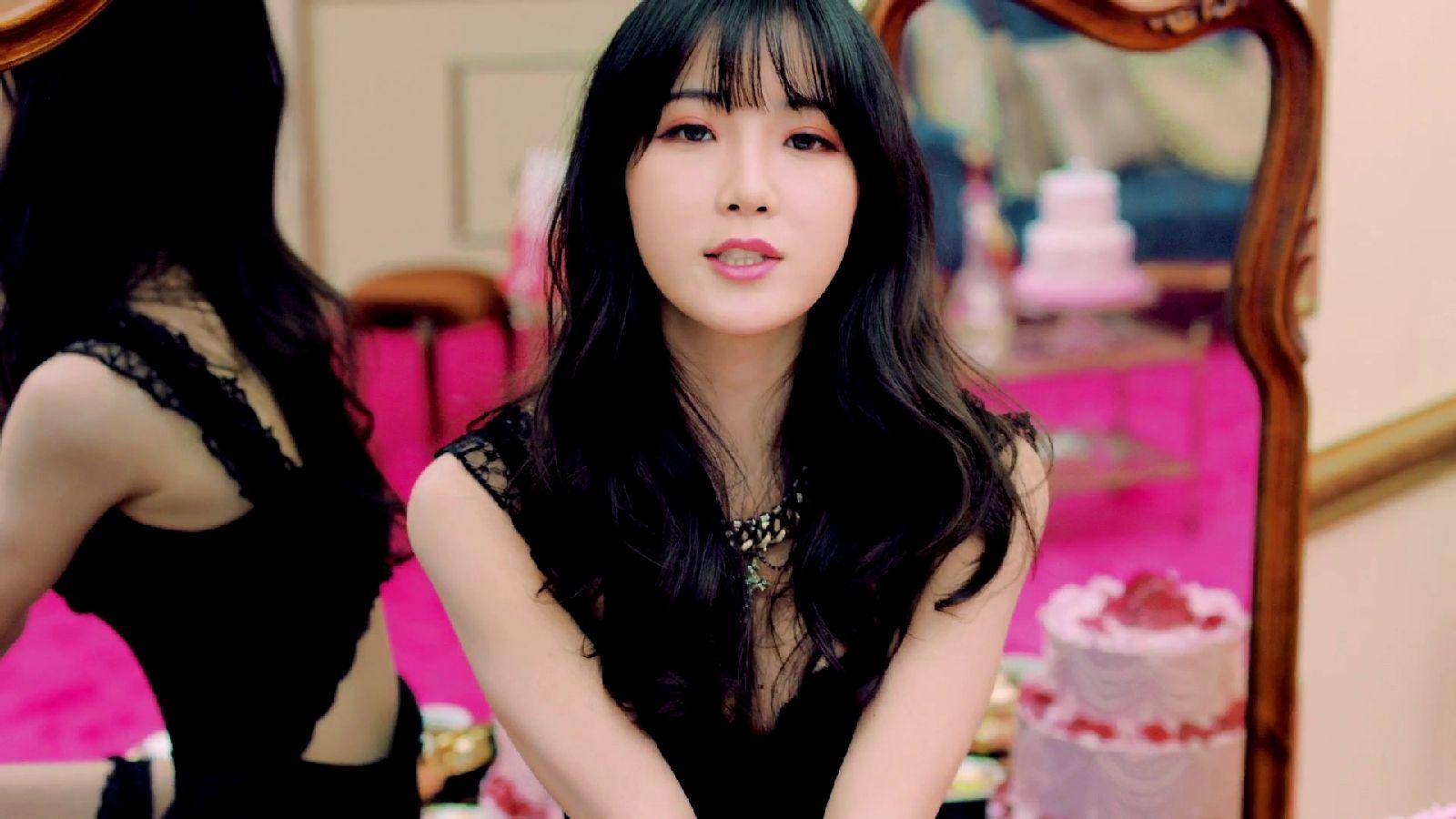 请问在韩国rainbow组合的歌曲cha cha的mv中这个辨识率很高,抹着粉红