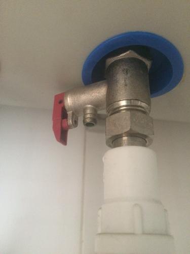 电热水器下边这有个小孔,旁边红色的阀门一抬起来小孔图片