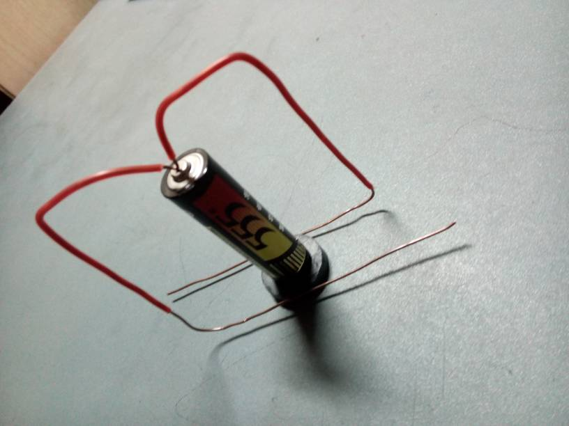 电池和磁铁还有铜丝组合转不起来,哪里出错了.