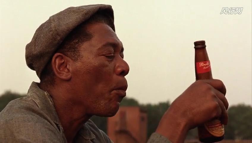 在屋顶《肖申克的救赎》中,red喝酒情节坐在的电影在电影的时间段电影仙英文的恶魔图片