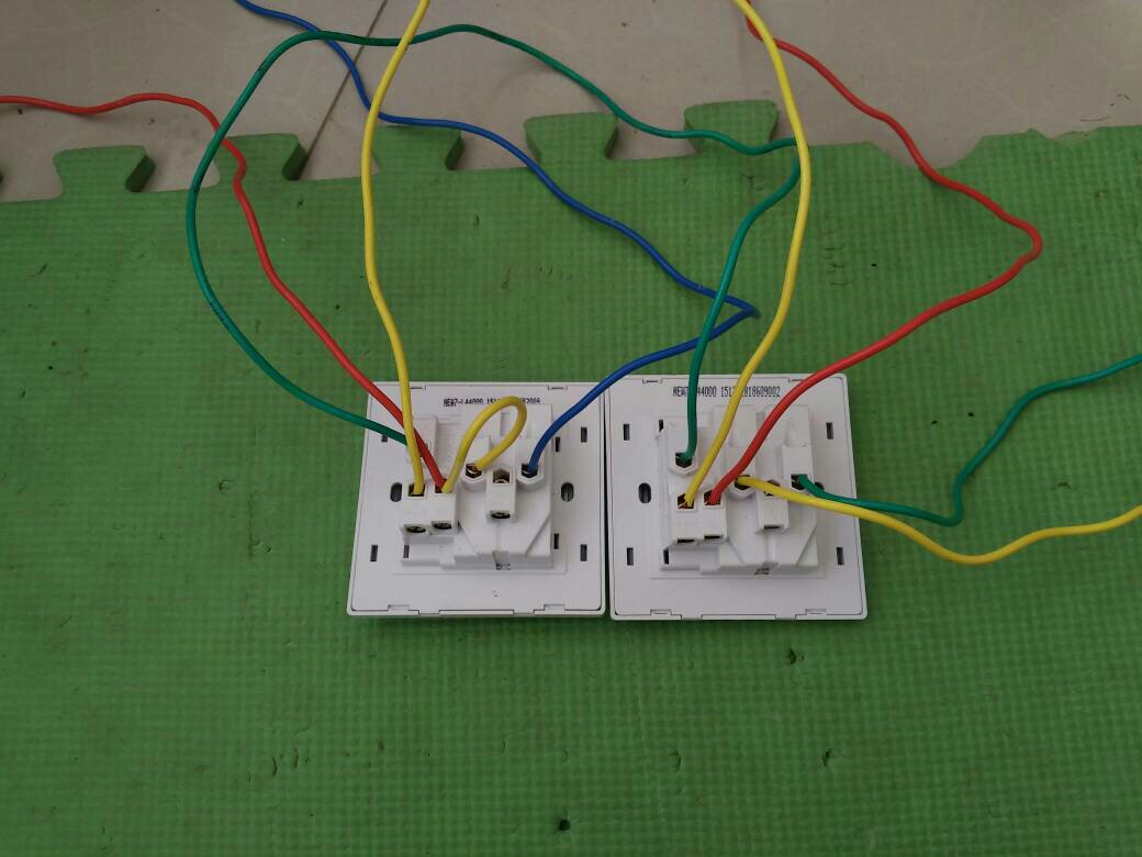 双控五孔插座开关怎么接线,两个这样的怎么接线?