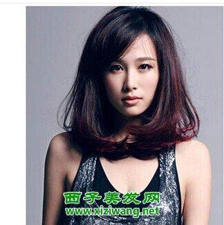 这位多头发的女生选择了一款偏分刘海的中长发发型,发尾烫成很大的图片